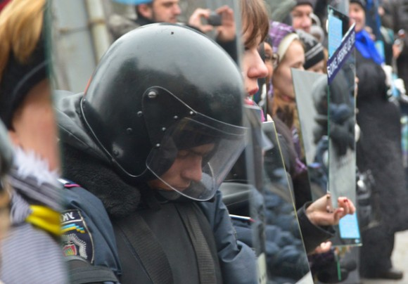 Ukraine-police-in-mirror-looking-down-e1388874660280